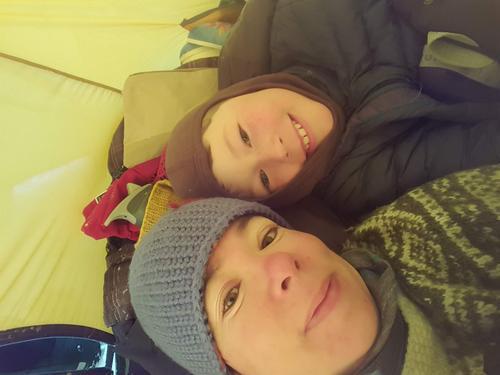 Mor og sønn på vintertelting.