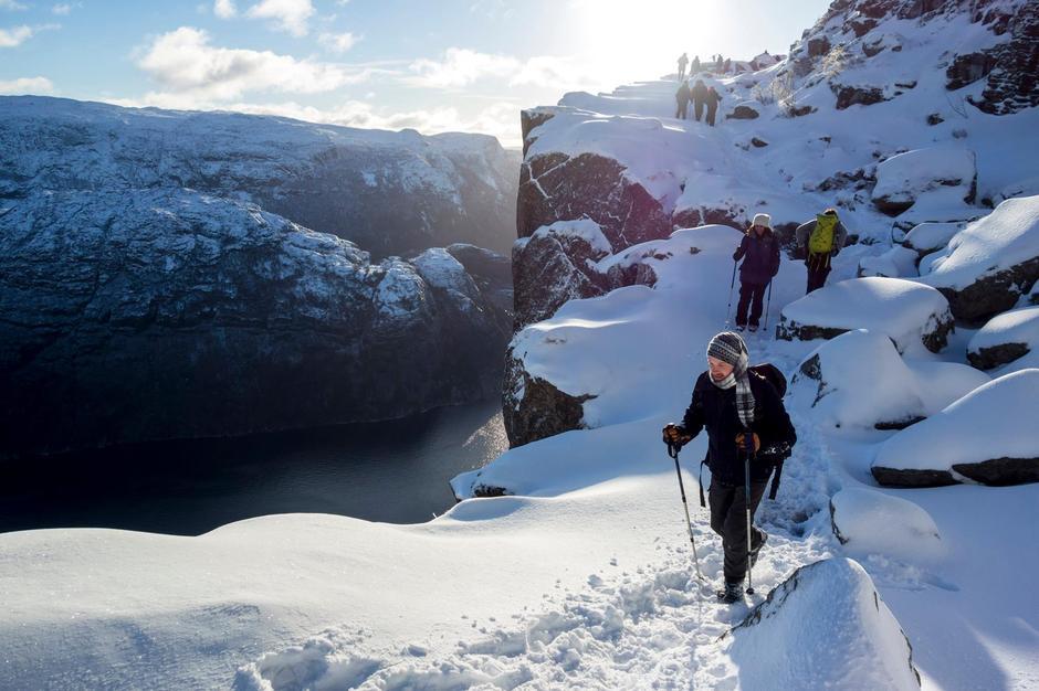 Preikestolen vinter 16. januar 2017 siste hylle ut mot selve Preikestolen må ein bevege seg varsomt og ta med spade om det er mye snø slik at det er lett å gå for neste besøkende