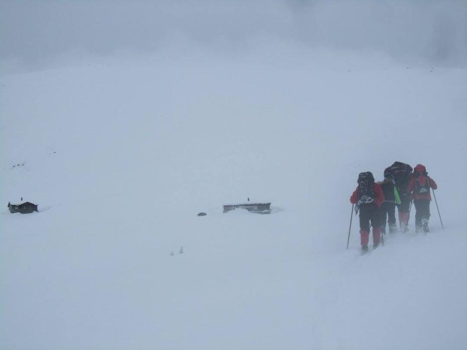 På veg til hyttene på Fivla i vind og snøråk