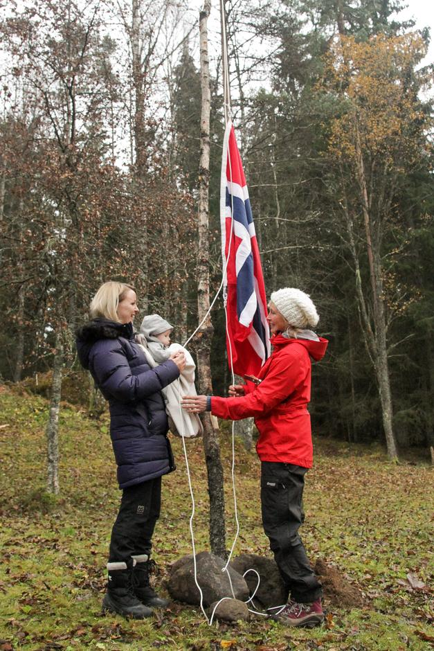 Tradisjonen tro heiste den yngste i forsamlingen flagget på den nyåpnede hytta.