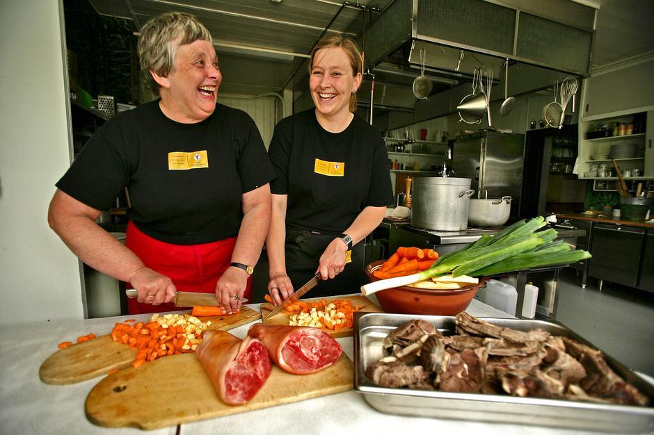 Trivelig på kjøkkenet på Glitterheim. Her tilberedes god lokal mat.