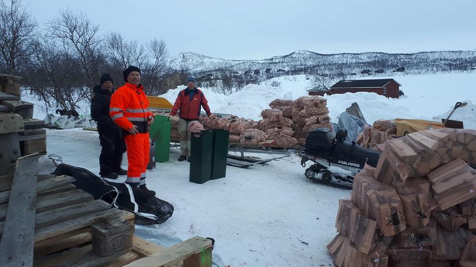 Veddugnad til Goldahytta. Vi pakka 158 sekker i Kilpis, som ble kjørt med scooter til Goldahytta. Einar, Knut Charles og Geir.