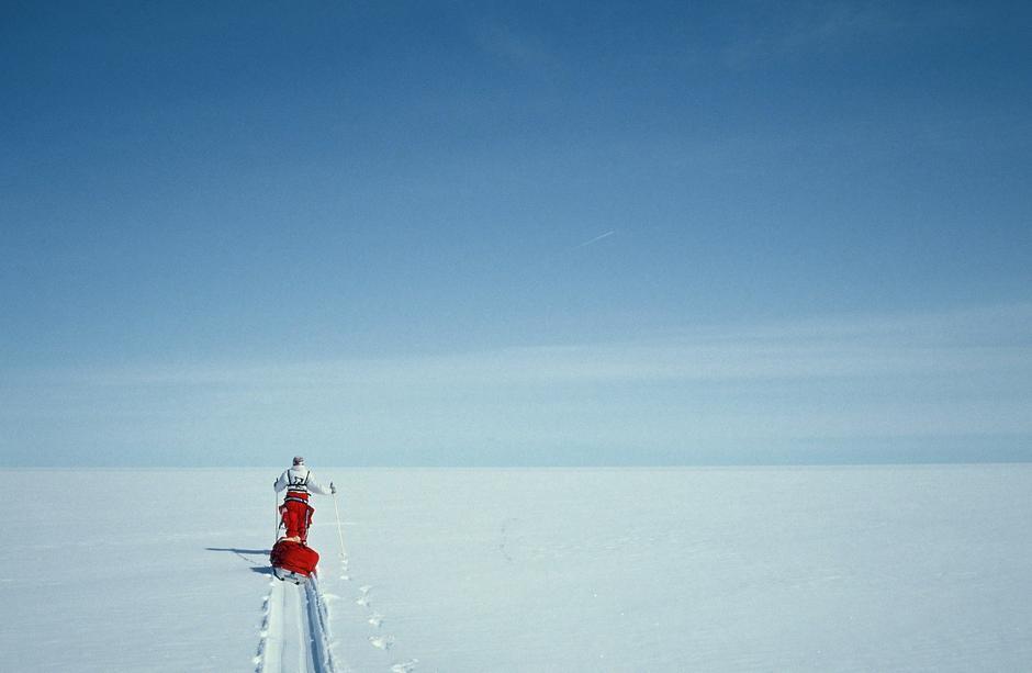 Liv Arnesen var førstse kvinne i verden som gikk på ski alene til Sydpolen. Først gikk hun på ski over Grønland, der dette bilder er hentet fra.