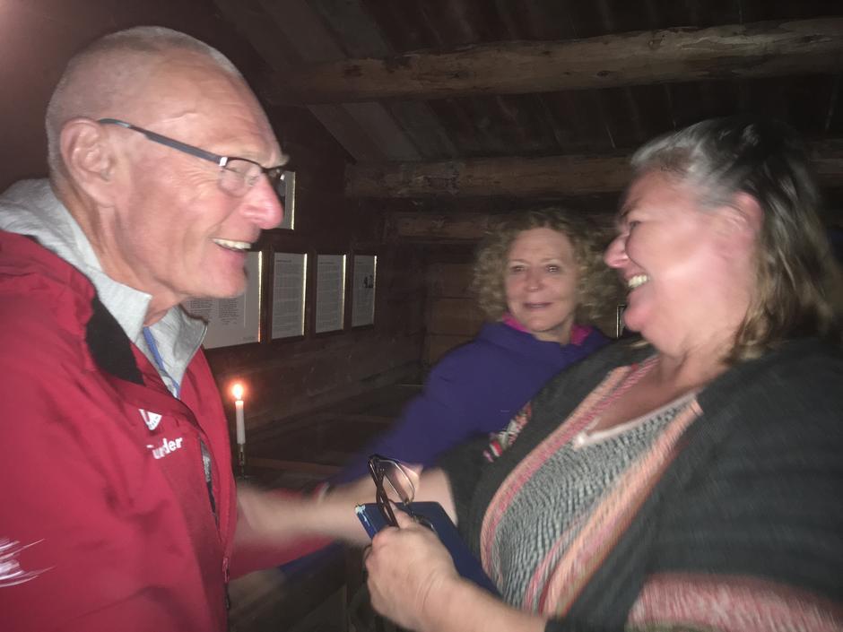 Solveig Kvålshaugen, vertinna på Fondsbu, saman med Jarle. Dei har kjent kvarandre i 20 år.