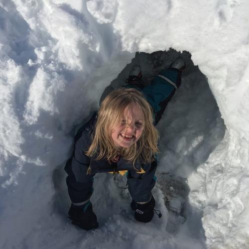 Utenfor hytta kan vi lage snøhule.