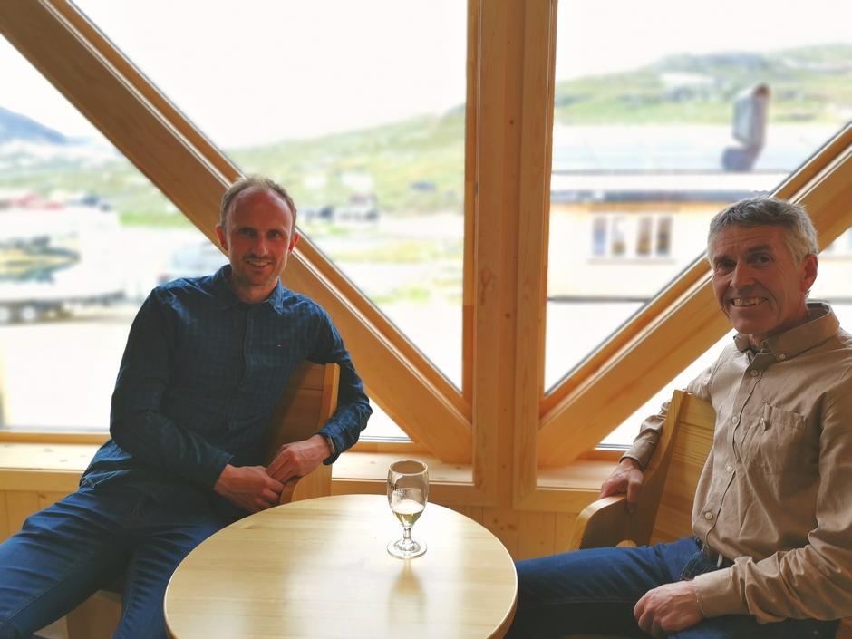 Møbler fra Bekken Snekkerverksted i resepsjonen. Håvard og Anders, nåværende og tidligere bygningssjef.