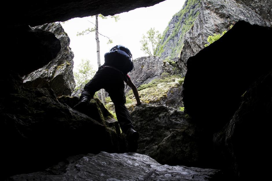 En sliten svipptur innom en liten grotte som lå langs stien.