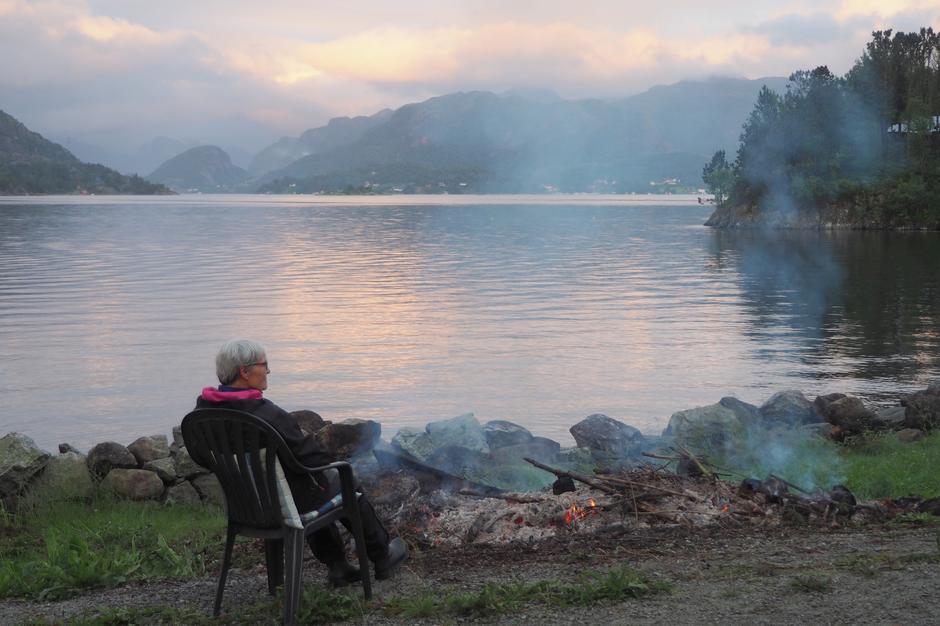 Siste varme fra bålet nytes mens blikket vandrer over Høgsfjorden.