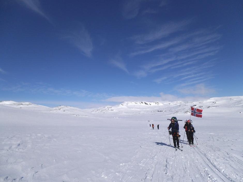 Påsketur over Hardangervidda der turen begynner ved Finsehytta i strålende sol