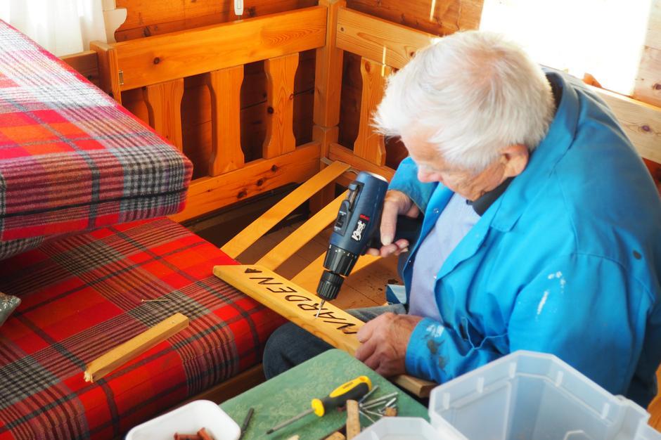 Trebunnen i sofaen må sikres, og hva er da mer naturlig enn å bruke et gammelt treskilt!