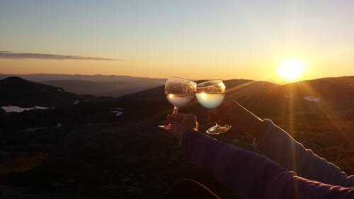 En skål med hvitvin og nytelse av solnedgang på Gråfjellhytta, som eies av Hemnes turistforening. Hytta ligger på vestsiden av Okstindbreen i 1000 moh.