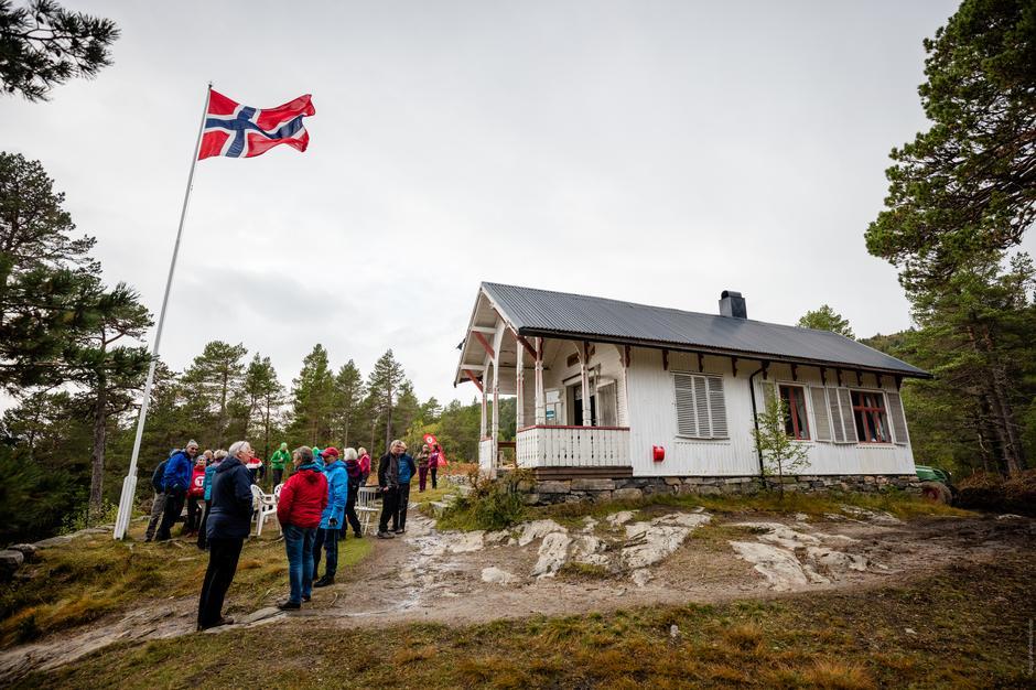 Flagget til topps på Storlihytta.