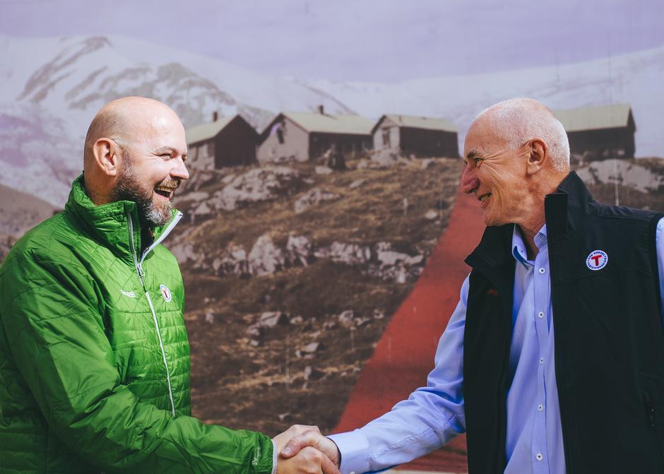Dag Terje Klarp Solvang (til venstre) er ansatt som ny generalsekretær i DNT. Her gratuleres han av styreleder Per Hanasand.