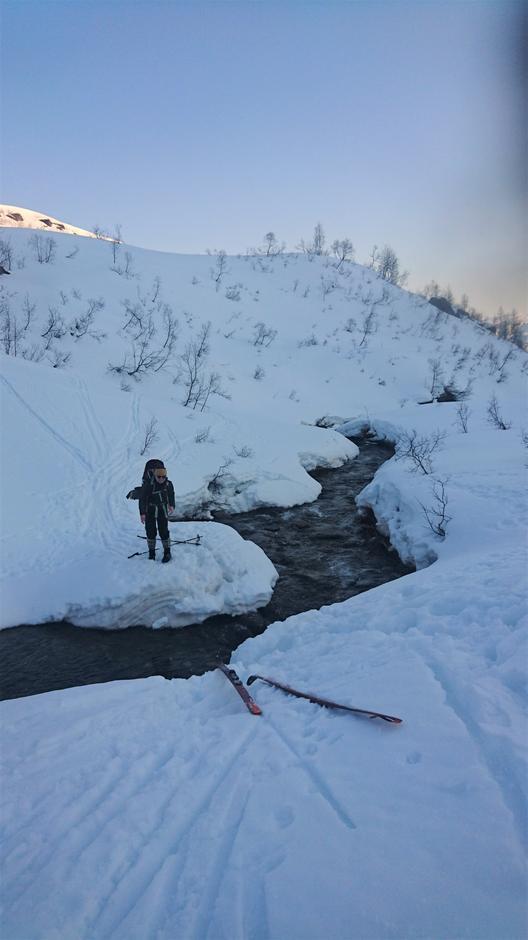 Kryssing av elva ved Trefallstølen. Lett å kome over per 5.4.
