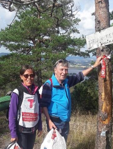 Laila Westeraas og pappaen Reidar Andersen gikk 10 km og plukket inn 5 poser med merkebånd til gjenbruk, etter søndagens turpass