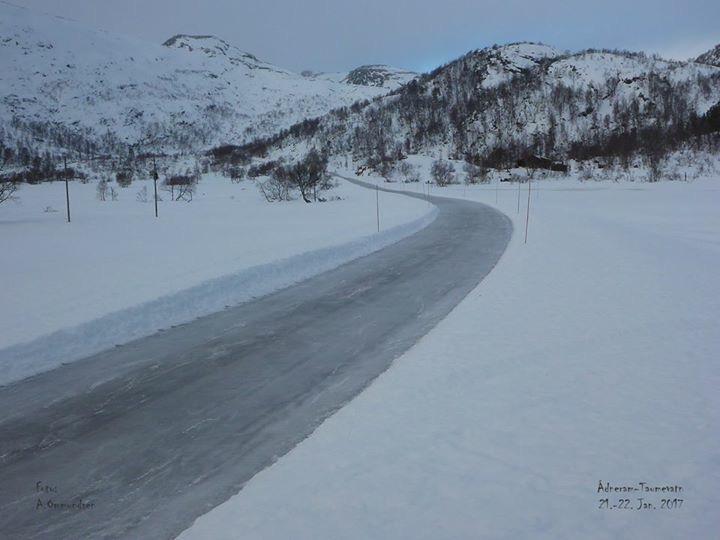 Flatstøldalen er veien brøytet og det er ikke lett å gå nå. 29. januar kom det 25 cm nysnø. Håper Sira Kvina snart og stenger veien slik at det blir gode skiforhold Bilde er fra 22.01