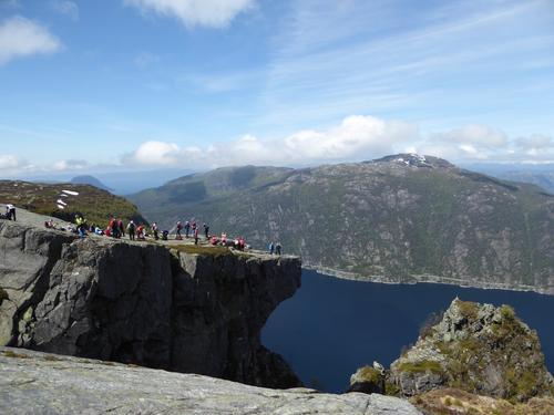 Alle samlet på platået ovenfor Skomakernibbå med fantastisk utsikt og 700 meter ned i Jøsenfjorden.