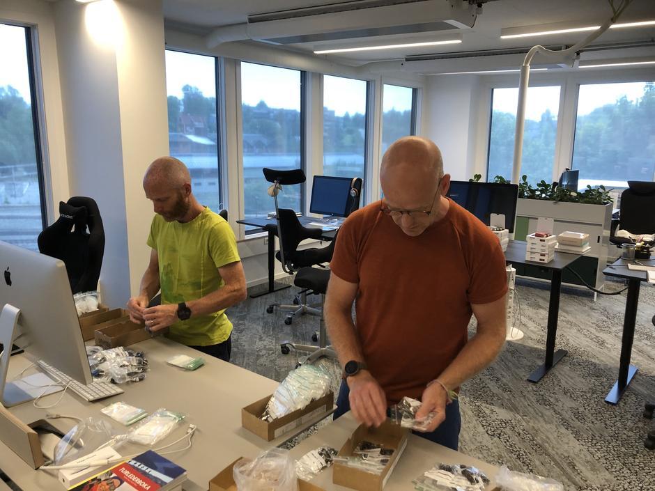 Anders Sten Nessem i Bergans og Trond Espen Haug i DNT pakker sekkene som sendes til de DNT-betjente hyttene