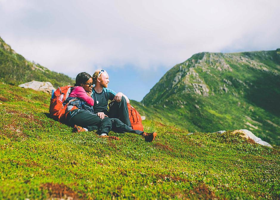 """Turen blir ekstra fin når du går med noen du er glad i. Dette bildet er tatt da """"Monsen minutt for minutt"""" og NRK gikk Dronningruta fra Stø til Nyksund."""