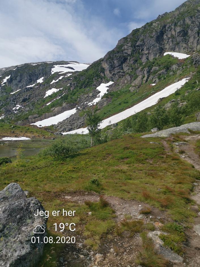 Lørdag 1.8: Støladalen på vei fra Tokheim til Holmaskjer. En del snøfonner må forseres.
