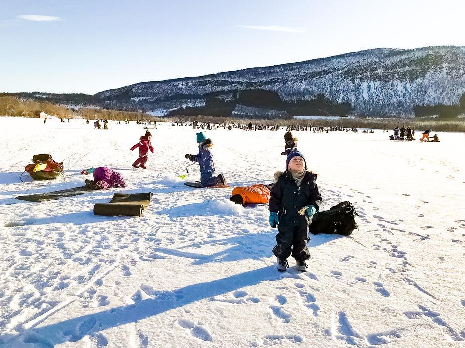 Mange glade barn på isen