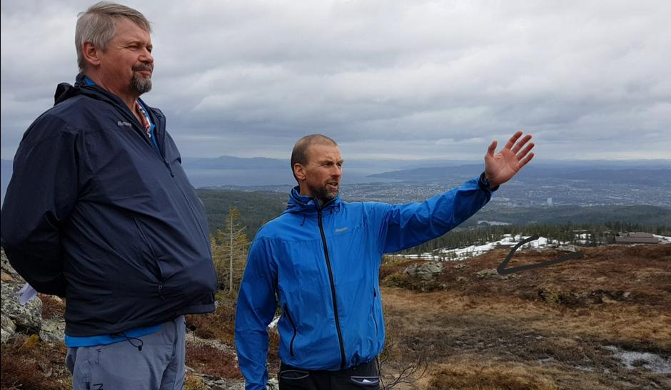 Kjell Fordal, styreleder i TT og Frode Støre Bergrem, daglig leder i TT er begge forventningsfulle til den nye turisthytta som nå bygges i Sylan. Bildet er fra en tur på Gråkallen.