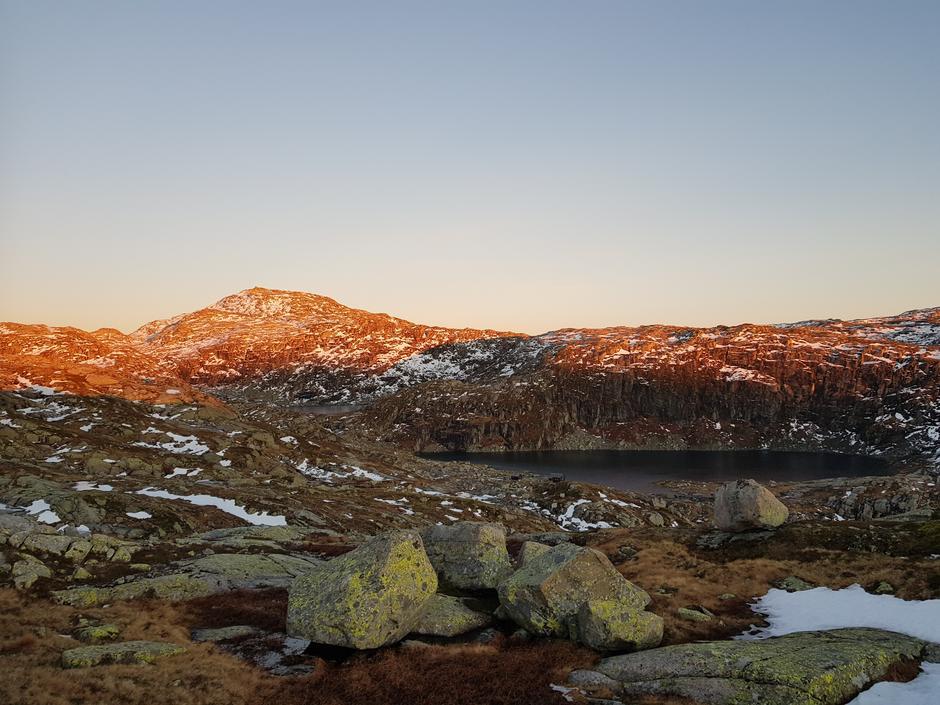Fredag 9.11: Stordalen - Vardadalsbu. Hytte skimtes. Eldhusfjellet (1206 moh) i bakgrunnen.