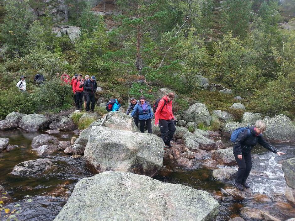 Brua over utløpet av Østre Djupvann forsvant i høstflommen i fjor, men med moderat vannstand går det fortsatt å krysse elva.