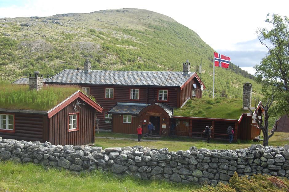 Mange av de betjente hyttene i fjellet trenger sesonghjelp.  Her er Bjørnhollia turisthytte.