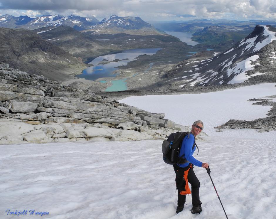 Lettere ned en opp på snøen med Store Mjølkedalsvatnet og Bygdin i bakgrunn