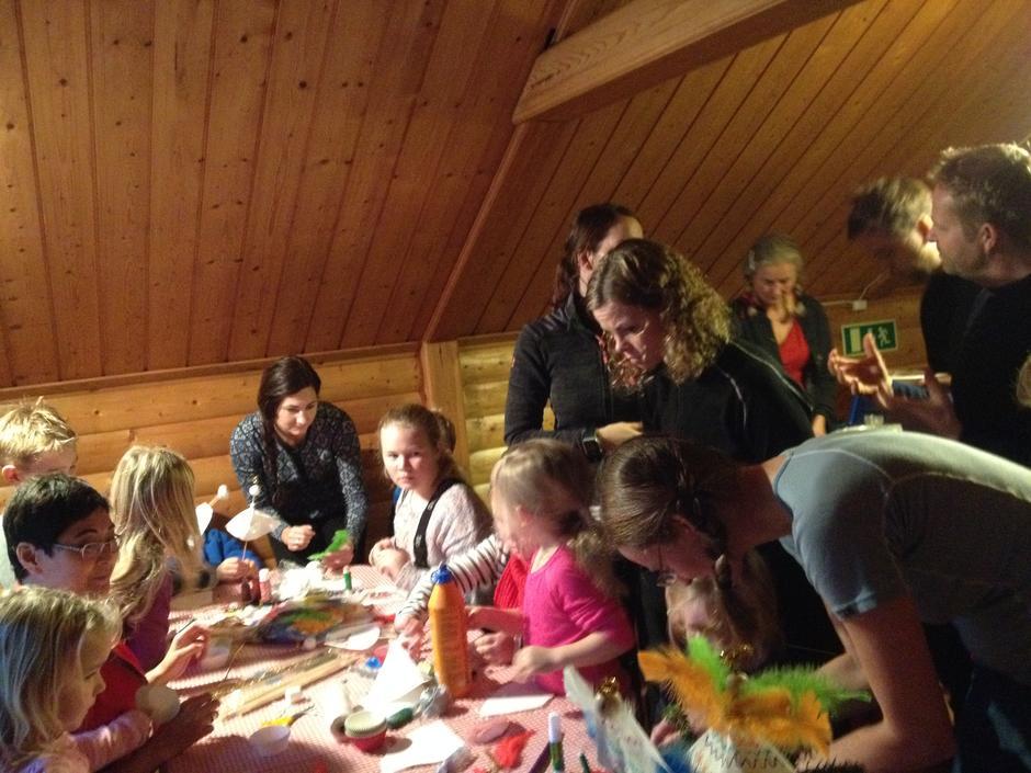 Ivrige barn på juleverksted