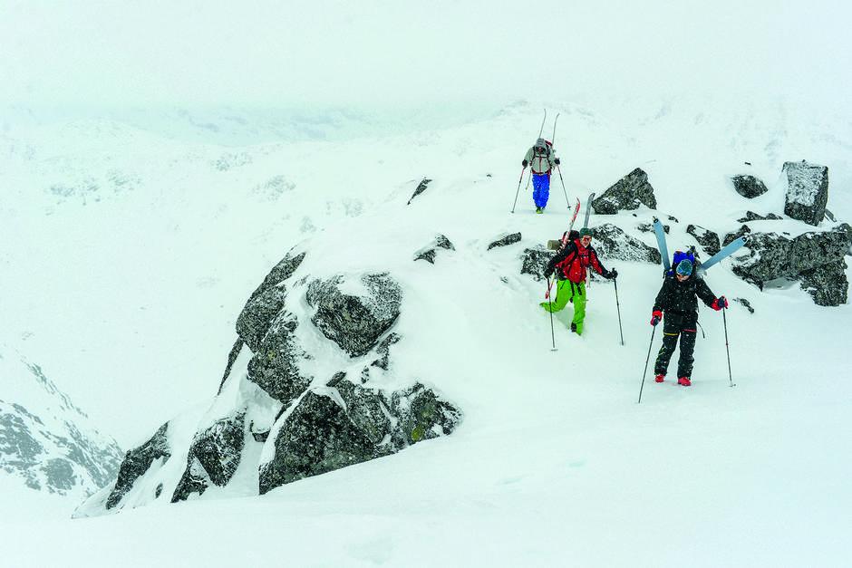 TÅKEHAV: På ein kvass rygg mot toppen av Midtre Høgvagletindane (2137 moh.) pakkar vind og tåke oss såpass godt inn at vi endrar plan og set kursen rett mot Leirvassbu i staden for toppen.