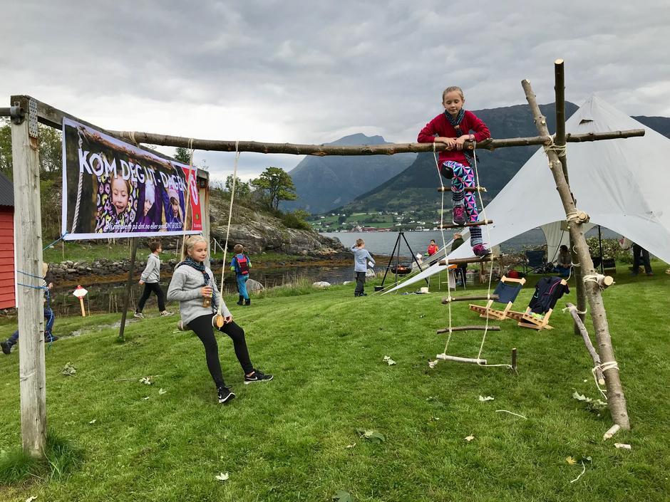 Rosendal speidargruppe har sove ute i natt og har bygd opp eit disse-og klatrestativ av bjørketrær og tau.