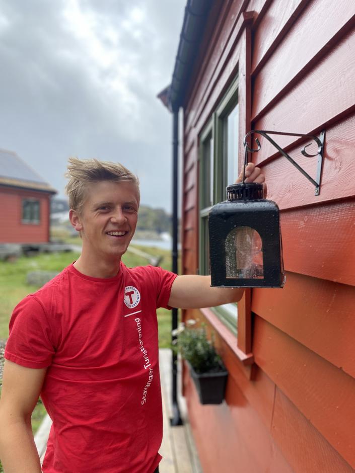 PÅ PLASS: Andreas Kjetilstad ordner de siste detaljene før åpning.