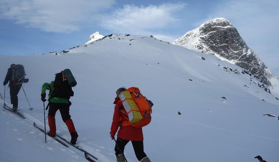 På vei opp over skaret mellom Sjogholstind og Olavsbunuten den 21.02.
