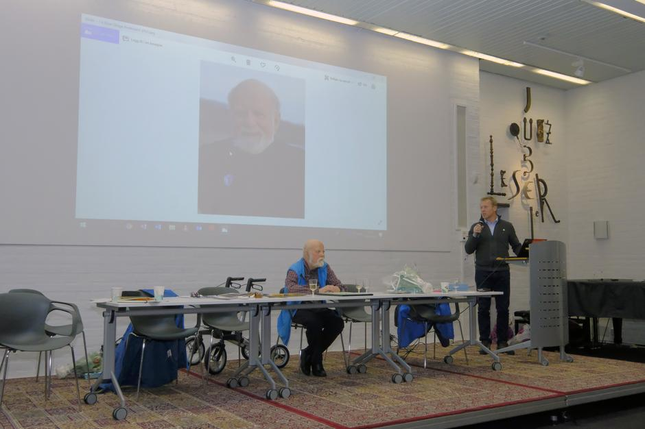 Henning Hoff Wikborg hedrer avtroppende styreleder, Einar Skage Andersen.