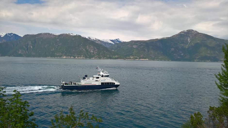 M/S Tansøy passerer Indrebø. Vi ser Nessane på andre sida av Sognefjorden.
