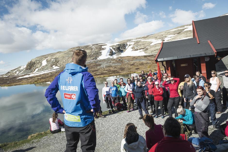 TOPP STEMNING: Informasjon om dagens toppturmål på tunet på Rondvassbu.
