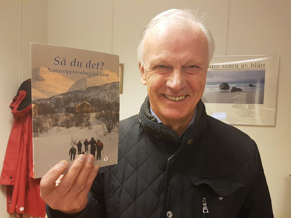 Redaktør Terje Øiesvold viser fram årboka