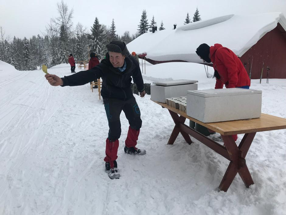 Torbjørn og Øystein i DNT ung Larvik delte ut vann og banan på Vindfjelløpet 2018.
