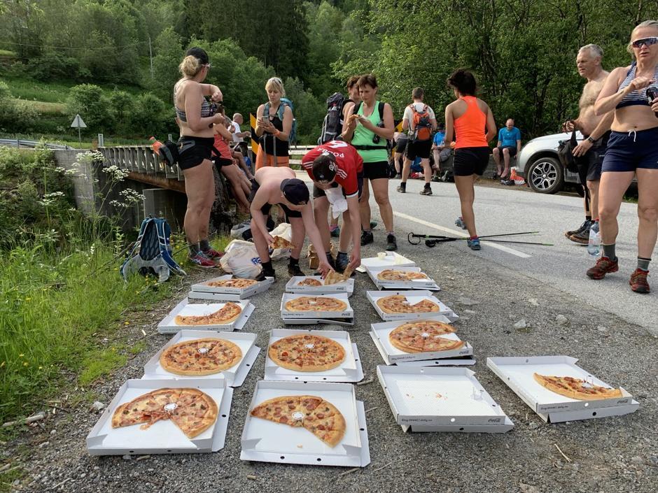 Påfyll av energi ved Ryggjabrua,  pizza før stigninga opp mot Førdsnipa.