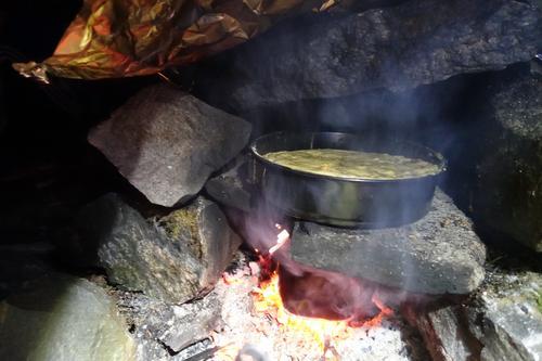 Eplekake stekes i bakerovn laget i Alvøskogen