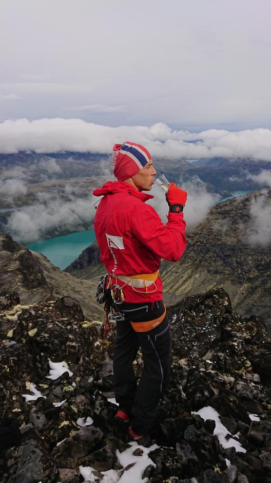 Mission completed! Stig Anton Hordvik på Nørdre Knutsholtind. Norges 376 topper over 2000 meter med primærfaktor 10 fullført.
