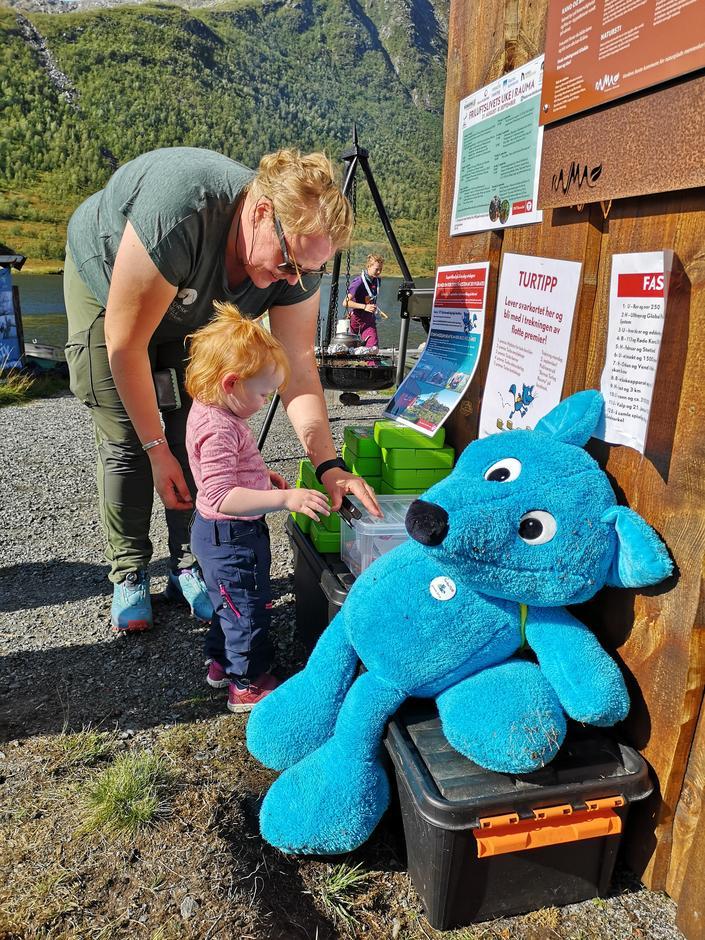 Signe Birgitte Brøste leverer natursti og mottar premie fra Turbo Fjellrev sammen med mor Ina Killingrød Greve. Kom deg UT-dagen 01.09.19.
