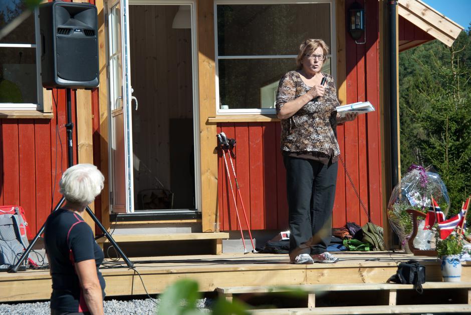Liv Østtorp forteller om historien til Østtorp. Hun kunne også fortelle om variert flora i dalen ved hytta. For de interesserte overrakte hun en liste over kartlagte arter, som blir liggende på hytta.