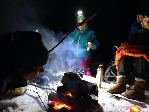 Julebord i Bymarka i Trondheim med jentene. Bål, gløgg og førjulskos.