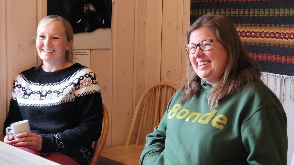 Bjørnhild Vigerust, leder i Dovre Bondelag, er stolt av at ostene fra Dovre Ysteri er så populære, noe som Kristina Hege fra Innlandet Bondelag er enig i.