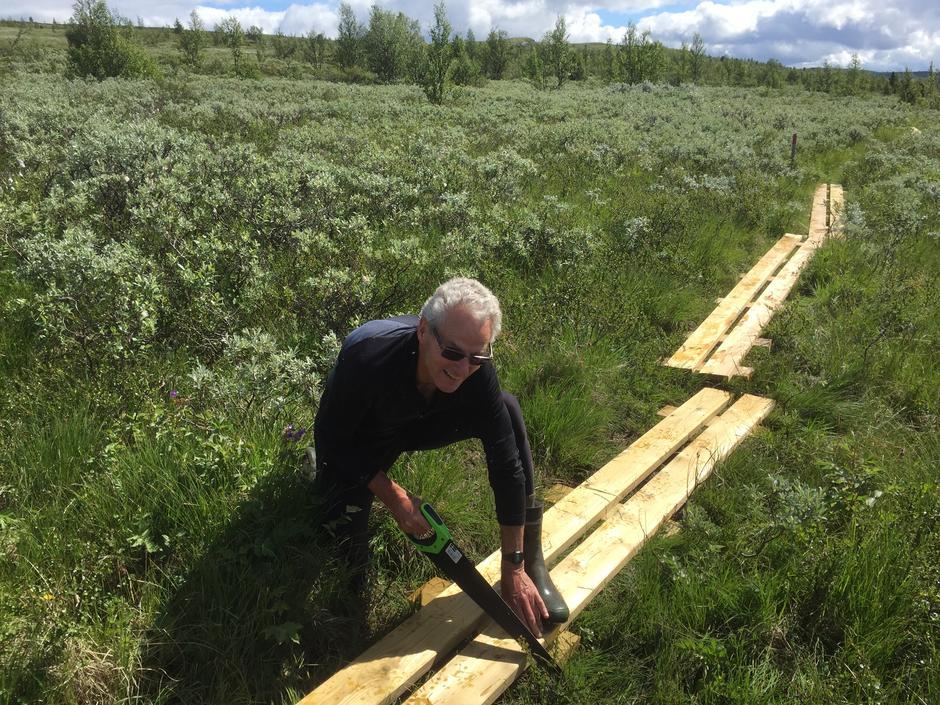 Erik Hanssveen, leder i sti- og løypekomiteen tilpasser klopper på Jotunheimstien