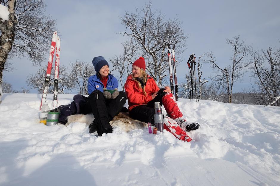 Hege og Stine har matpause i snøen