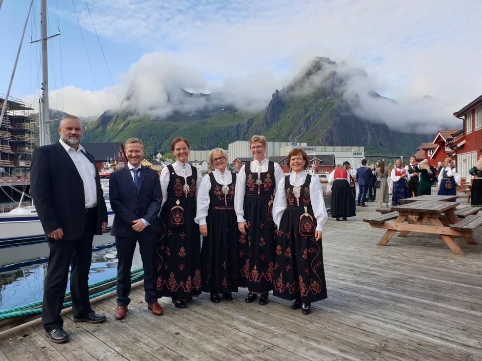Edmund Hofseide, styreleder i ÅST Jørn Håskjold, landsstyremedlem Siri Hatlen, Hilde Wille, Lisbet Brandal og Linda Flem